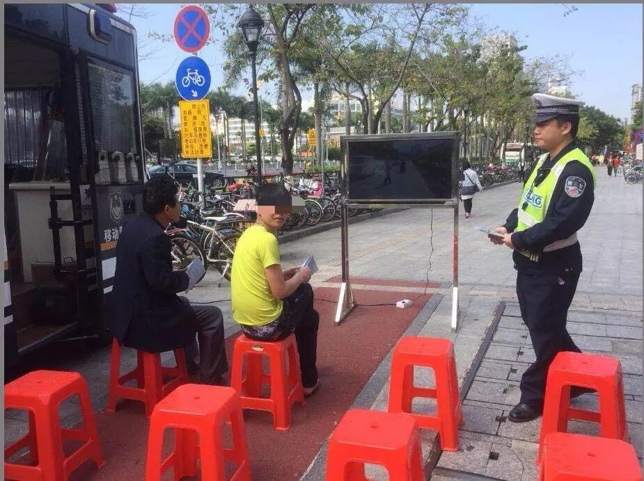 交警供图:正在接受交通安全教育的违规者.jpg