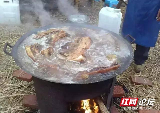 农村摆宴席,准备食材加工.jpg